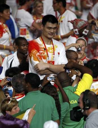 图文-2008北京奥运会闭幕式 跟姚明合个影