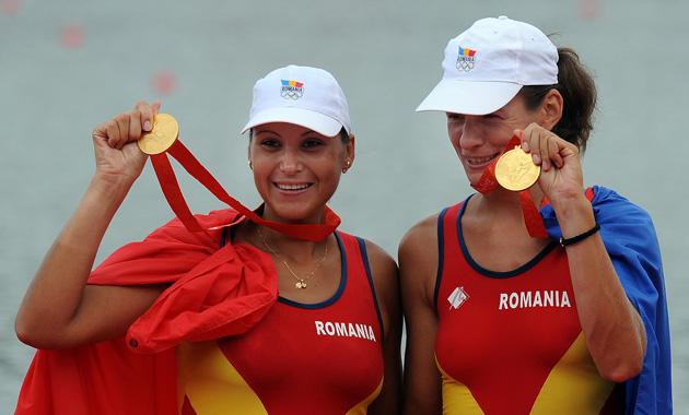 图文-[奥运]女子双人单桨 罗马尼亚姑娘展示金牌