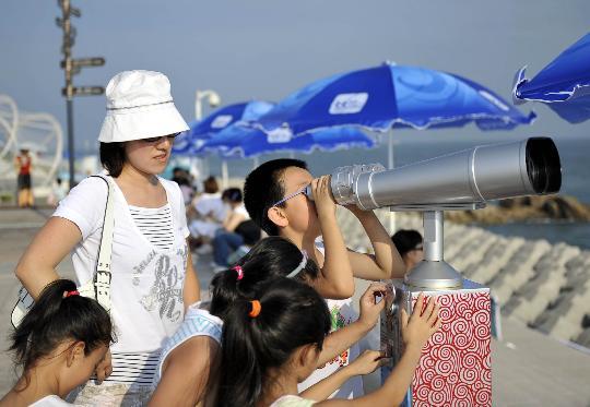"""图文-10日奥帆赛吸引""""眼球"""" 小观众用望远镜观看"""