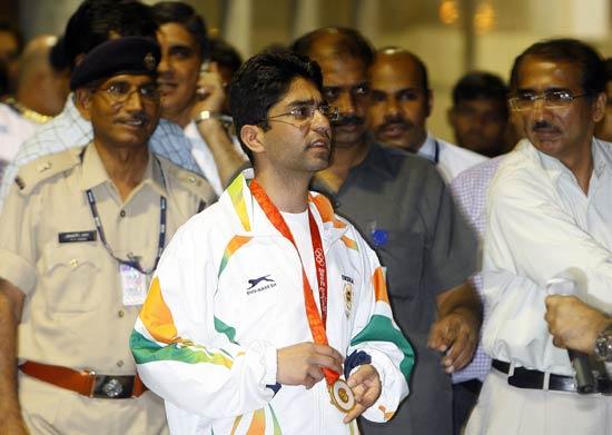图文-印度奥运首金得主归国 到处是来祝贺的人