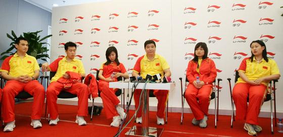 图文-中国射击队奥运庆功宴 射击队接受媒体访问