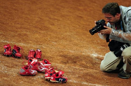 图文-垒球决赛完美落幕 摄影师拍照留念