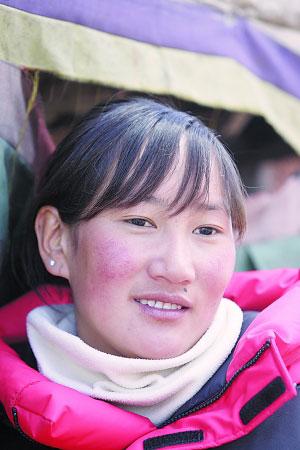 圣火登顶珠峰火炬手次仁旺姆:不到20岁就登上珠峰