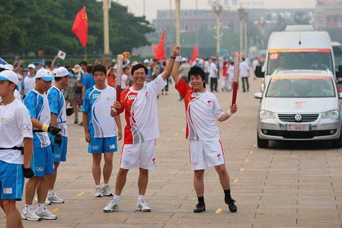 联想集团董事局主席杨元庆在天安门广场传递火炬