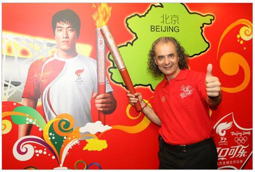 北京火炬手乔治-塞邦尼迪斯:用歌声传递奥运激情