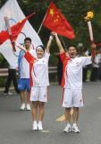 图文-奥运圣火在乐山传递 潘康王珊交接圣火