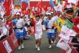 图文-奥运圣火在四川成都传递 群众夹道欢迎