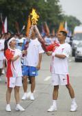 图文-奥运圣火在四川成都传递 高伟和张靓颖交接