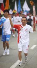 图文-奥运圣火在四川成都传递 火炬手陈龙灿传递