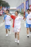 图文-奥运圣火在四川成都传递 火炬手汤敏进行传递