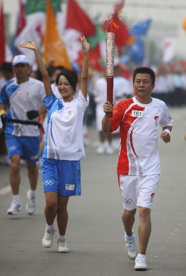 图文-奥运圣火在四川成都传递 161棒火炬手王奇