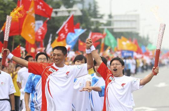 图文-奥运圣火在四川成都传递 邵韬与李华合影