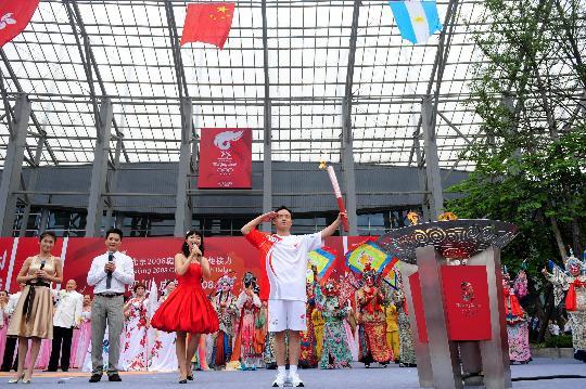 图文-奥运圣火在四川成都传递 行军礼展示火炬