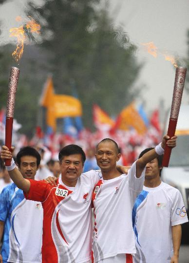图文-奥运圣火在四川成都传递 火炬手骆家辉和刘建