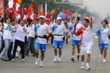 图文-奥运圣火在四川成都传递 田伟赤传递激情