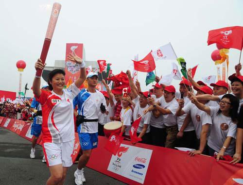 图文-奥运圣火在四川成都传递 观众热情助威