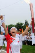 图文-奥运圣火在四川成都传递 张靓颖释放激情