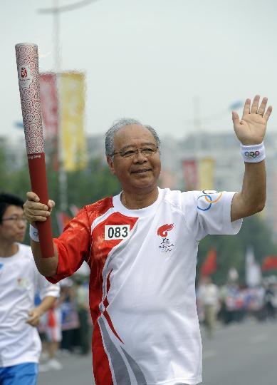 图文-奥运圣火北京最后一日传递 猪谷千春手持火炬