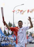 图文-奥运圣火最后一日传递 赫伯特-海纳手持火炬