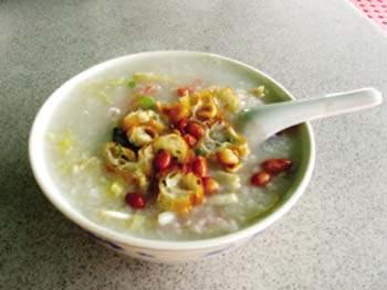 广州美食:艇仔粥鱼生鲜美化入粥 原产自水上人家