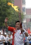 图文-奥运圣火在北京首日传递