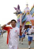 图文-奥运圣火在北京进行首日传递 周袖宗敬个礼