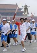 图文-奥运圣火在北京进行首日传递 格勒要飞起来了