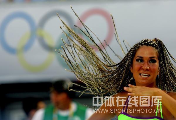 图文-9日沙滩宝贝激情热舞 大辫子在风中飞扬