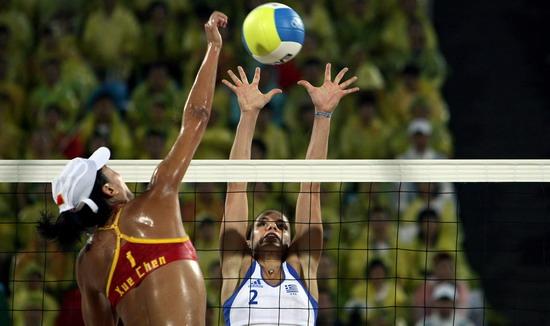 图文-女子沙排中国胜希腊 薛晨与希腊对手PK