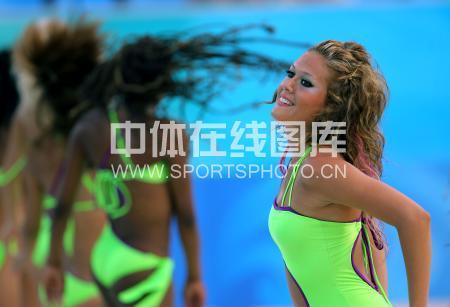 图文-女子沙滩排球告捷 啦啦队员美女如云