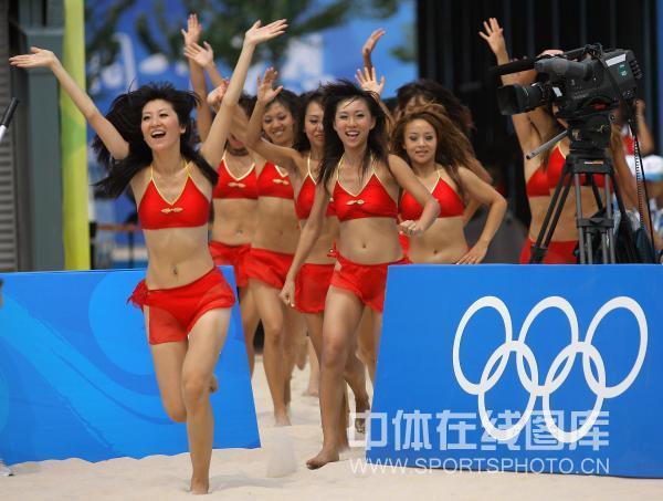 图文-女子沙滩排球首轮比赛  啦啦队激情热舞