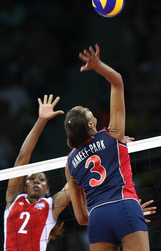 图文-女排半决赛美国3-0古巴 汉尼弗栏前扣杀