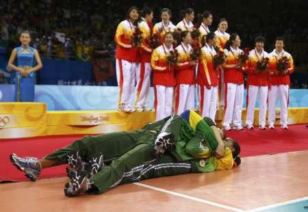 图文-[奥运]女排巴西3-1美国 在中国队面前庆祝