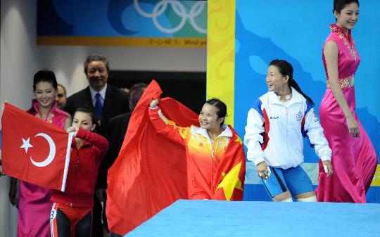 图文-陈燮霞夺北京奥运中国军团首金 走向领奖台