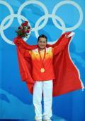 图文-陈燮霞夺北京奥运中国军团首金 身披国旗