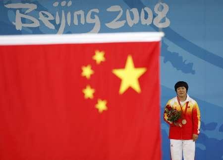 图文-[奥运]女举69公斤级 刘春红看国旗徐徐升起