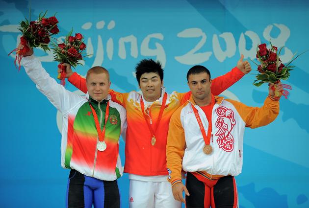 图文-[奥运]男子举重85公斤级 陆永颁奖亦展霸气