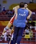 图文-[奥运]男古典摔跤84公斤 明古齐与教练拥抱