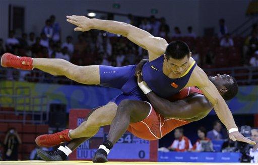 图文-奥运会古典式摔跤回顾 两人同时倒地