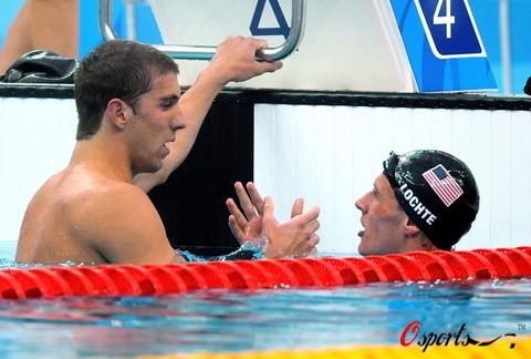 图文-400米混合泳菲尔普斯摘金 两同胞互相庆祝