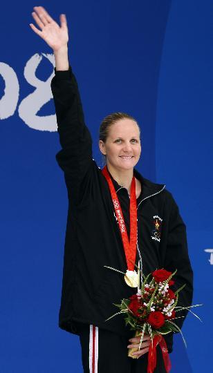 图文-女子200米仰泳考文垂破纪录夺冠 冠军在招手