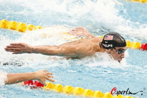 图文-菲尔普斯100米蝶泳夺第七金 飞鱼刺水