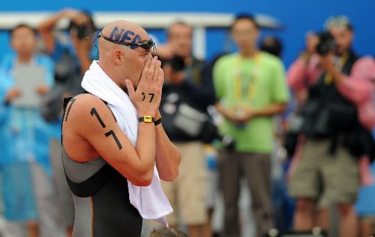 图文-男子游泳10公里范德韦登摘金 竭力掩饰情绪