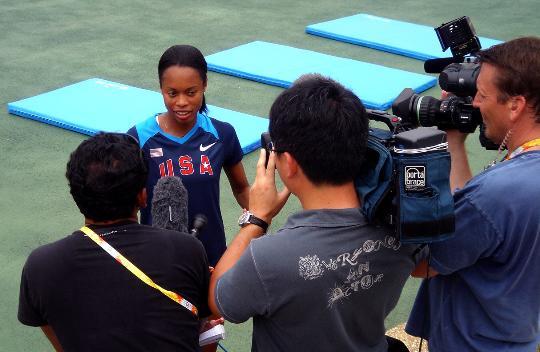 图文-美国田径队在大连集训 田径运动员在接受采访