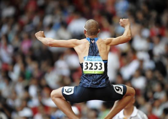 图文-奥运会男子400米预赛 瓦里纳跳起庆祝胜利