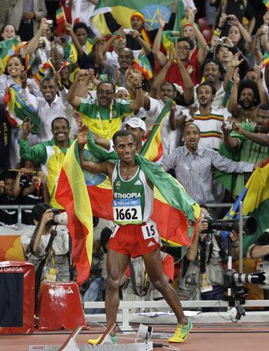 图文-男子万米刷新世界记录 与同胞欢庆冠军