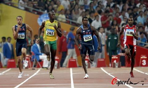 图文-田径男子200米半决赛 比赛正在激烈的进行