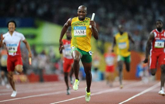 (北京奥运)(1)田径男子4X100米接力:牙买加队夺金 8月22日,牙买加队选手阿萨法-鲍威尔(前)在比赛中。当日,牙买加队在北京奥运会男子4X100米接力决赛中以37秒10的成绩夺得金牌并打破世界纪录。 新华社记者郭大岳摄