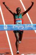 图文-男子马拉松肯尼亚选手夺金 万西鲁无比开心