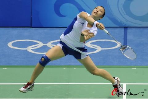图文-奥运羽毛球女单第1轮比赛 皮红艳大力扣杀